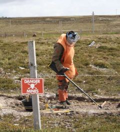 En los veranos de 2010 y 2012 se realizaron tareas de desminado, pero aún se estima quedan unos 18.000 explosivos