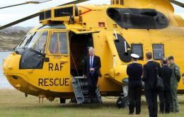 Fallon llega a Stanley a bordo de un Sea King de la RAF