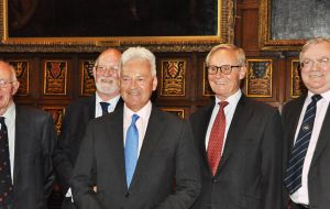 Los ex Gobernadores  David Tatham, Alan Huckle, Richard Ralph and Donald Lamont junto al Ministro Alan Duncan