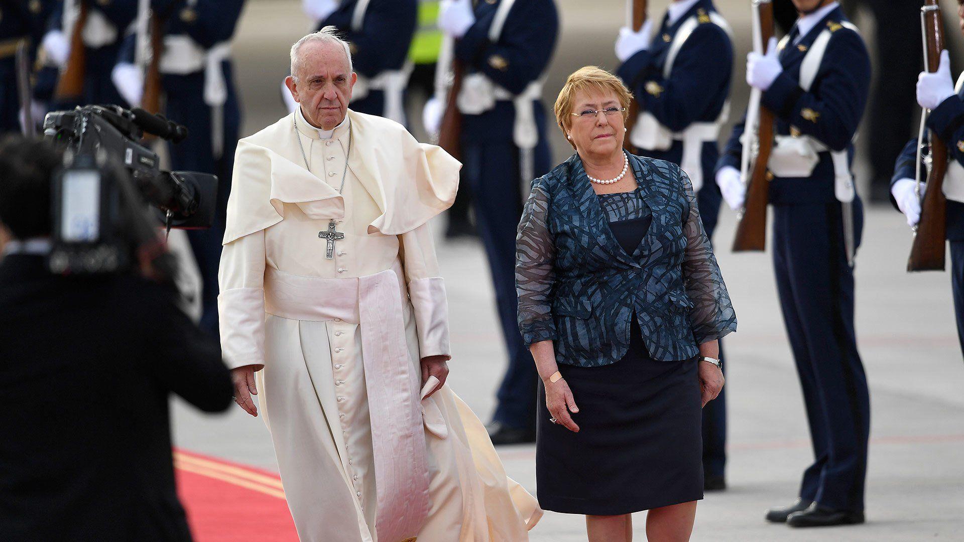 Feligreses llegan al Aeródromo de Maquehue para la misa del Papa Francisco