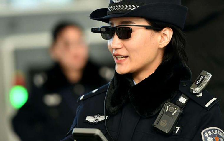 Caza Con China Inaugura Delincuentes De Éxito Policía Gafas 13lKTJFc