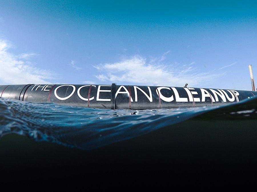 """El """"System 001"""" es un flotador de 600 metros de longitud que buscará limpiar el océano Pacífico durante los próximos meses"""